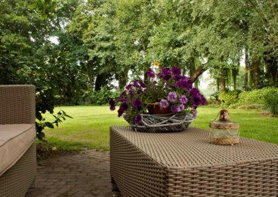 Heerlijk zitten in de tuin van de B&B